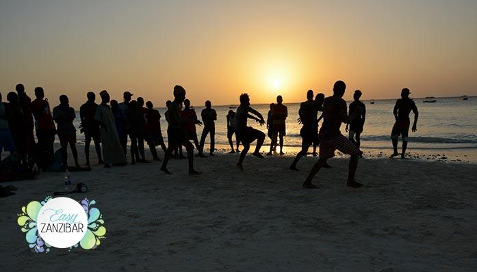 balli-in-spiaggia-al-tramonto-img