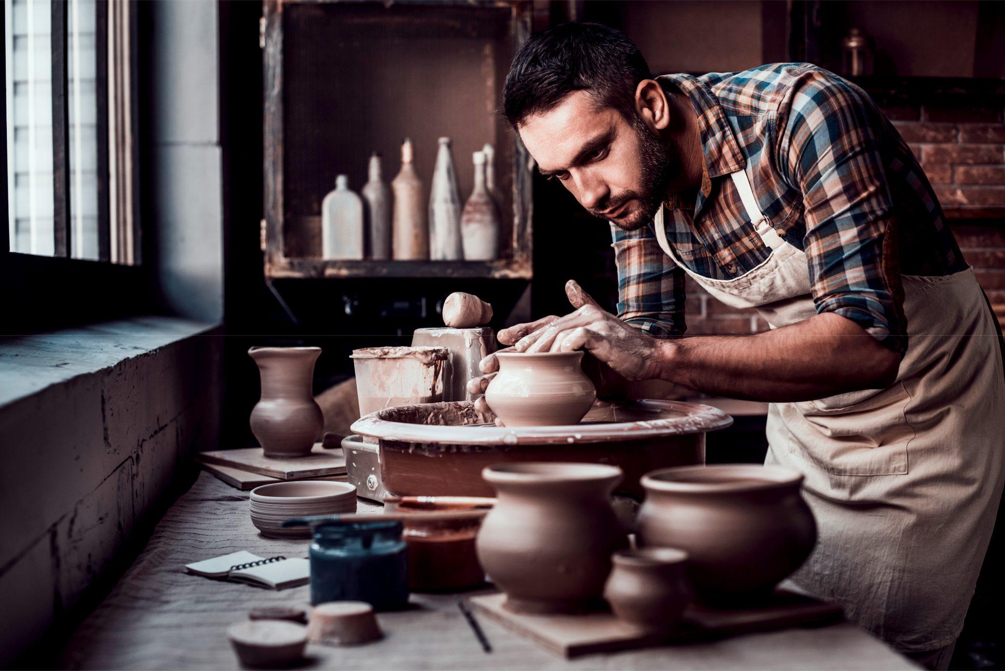 集中して陶芸をしている男性