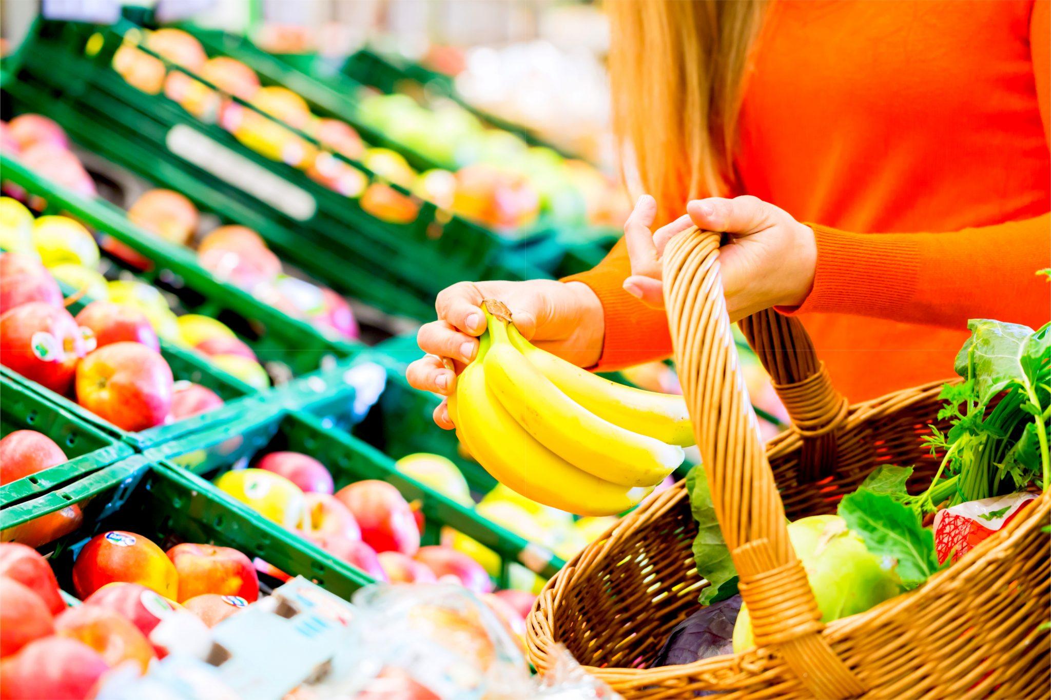 バナナを買っている女性