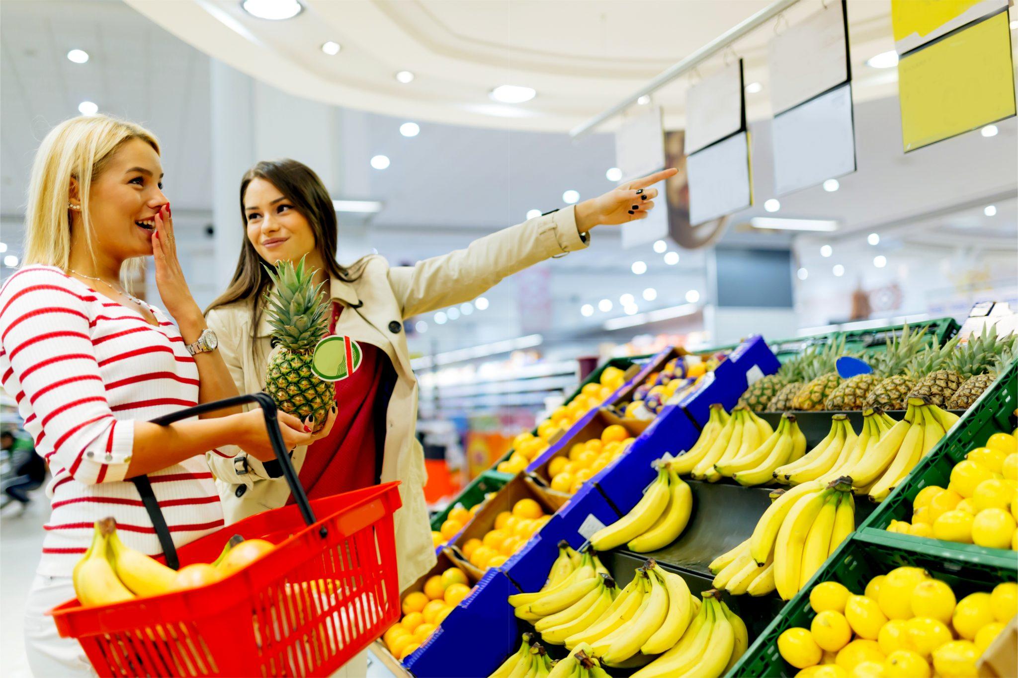 スーパーでバナナを選んでいる主婦