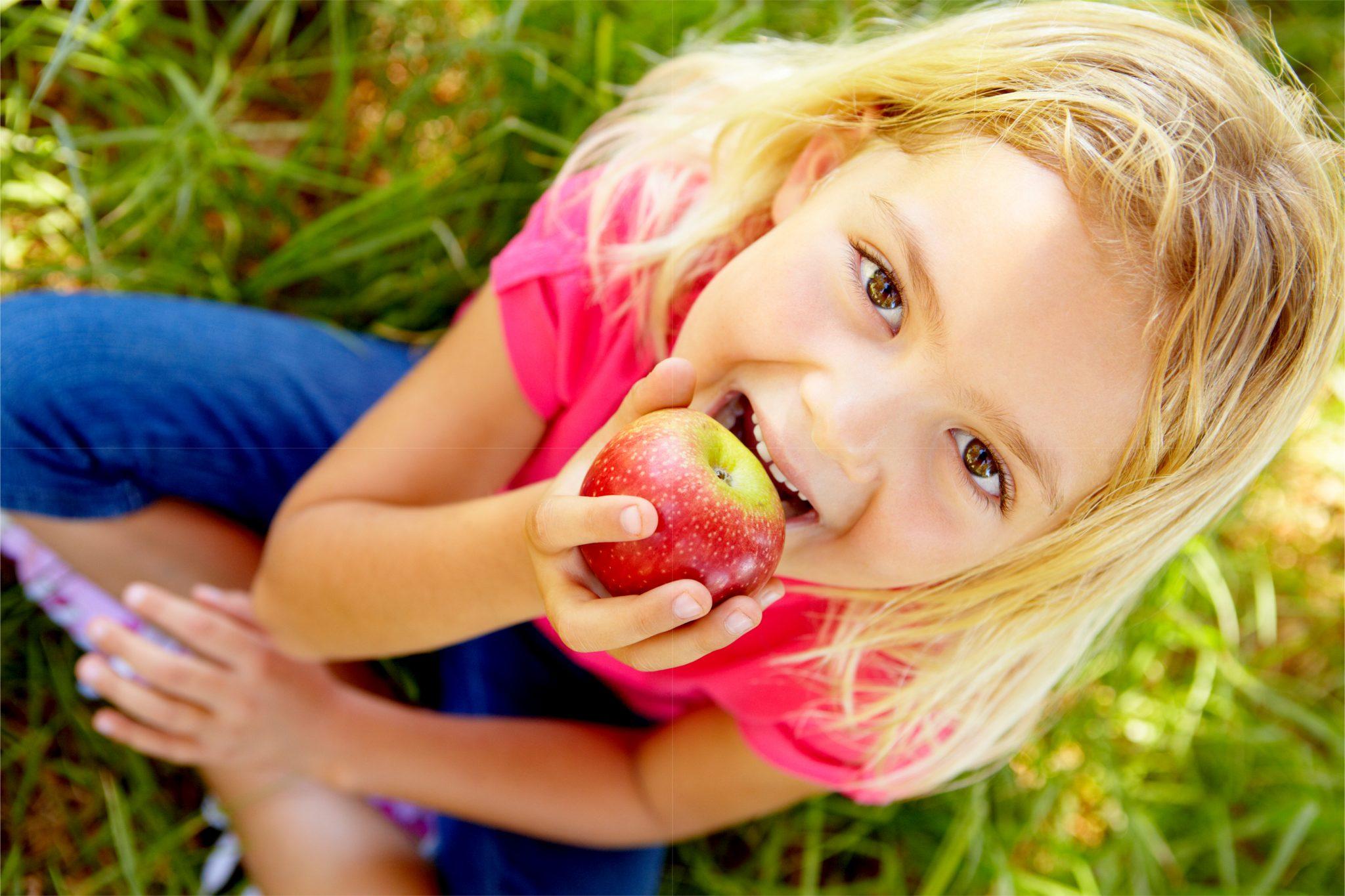りんごを食べている子ども