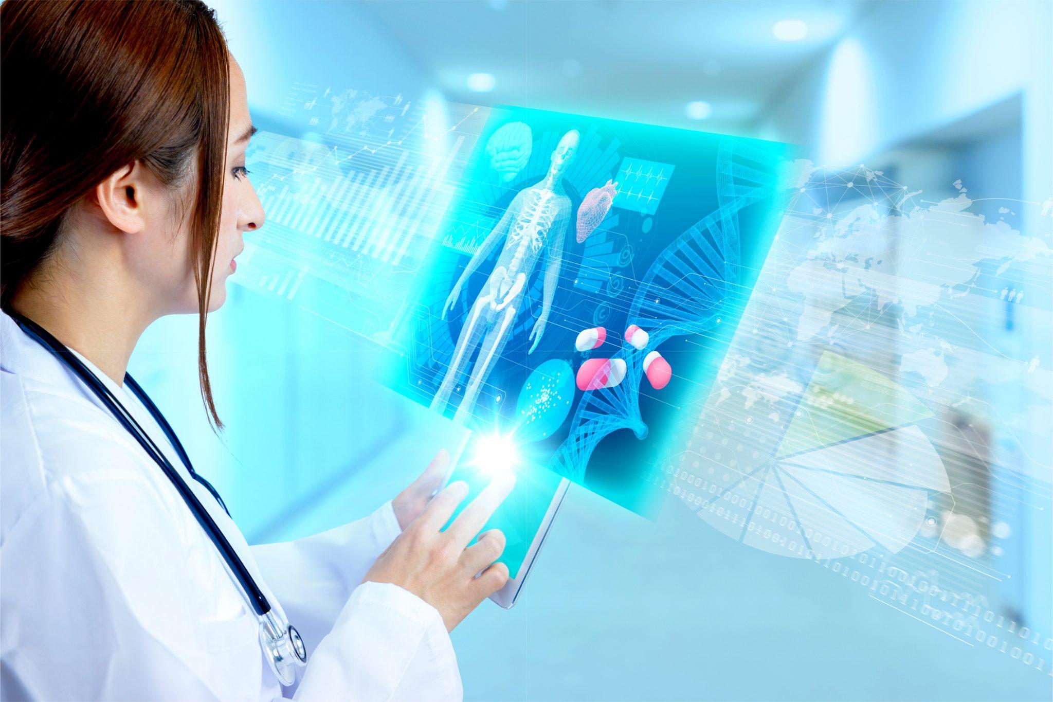患者の電子カルテを見ている女医