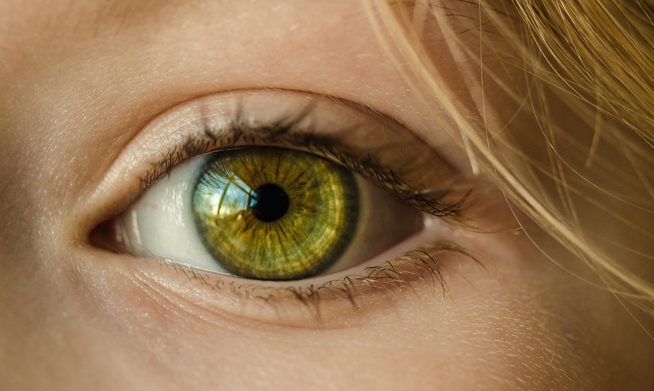健康で綺麗な目をしている女性