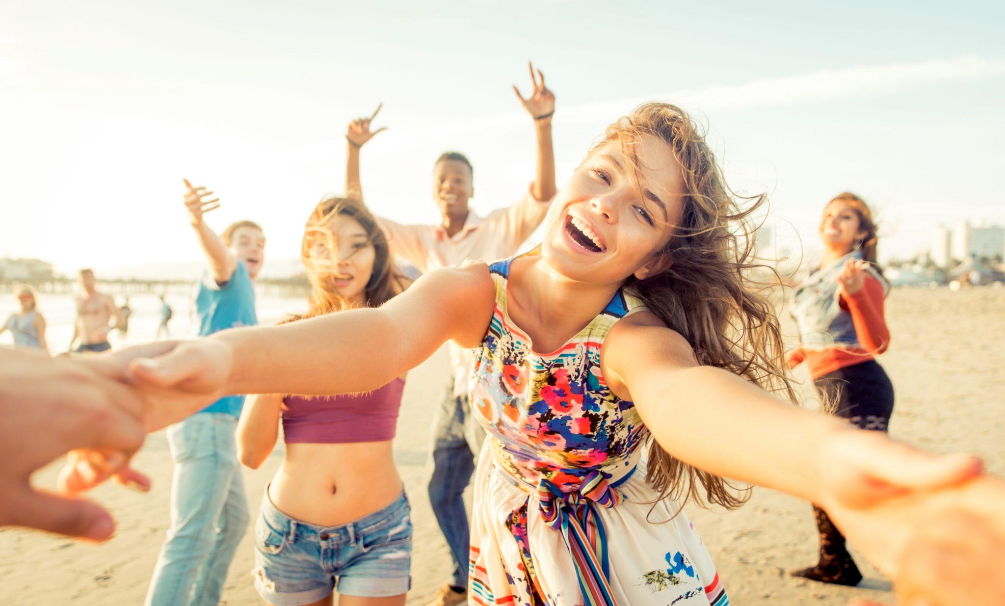 ビーチで友達と遊んでいる女性