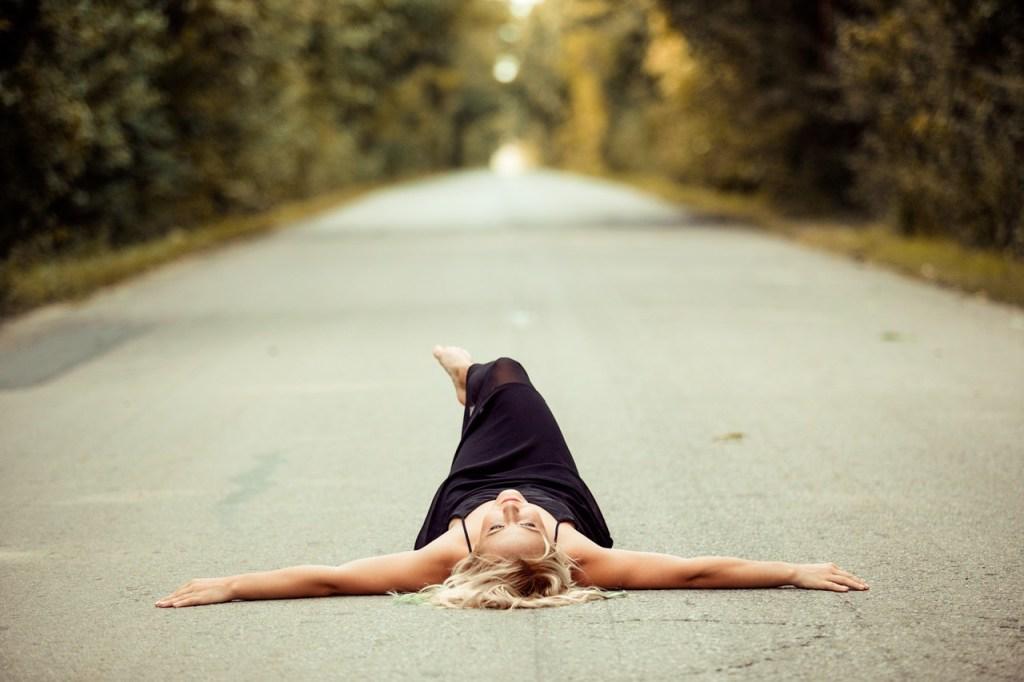 道路でくつろぐ女性