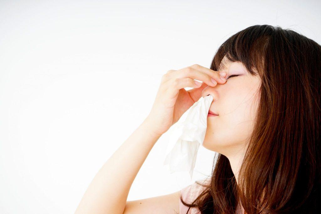 鼻血を止める女性