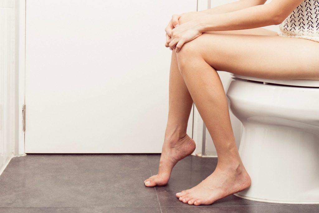 トイレに座る人