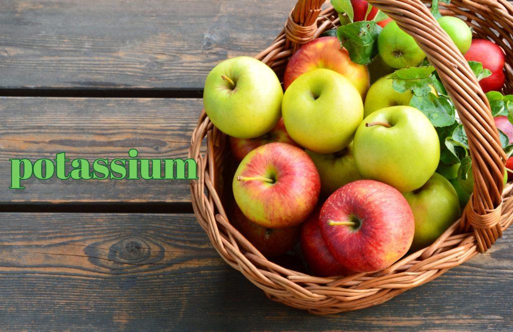 かごに入ったリンゴ