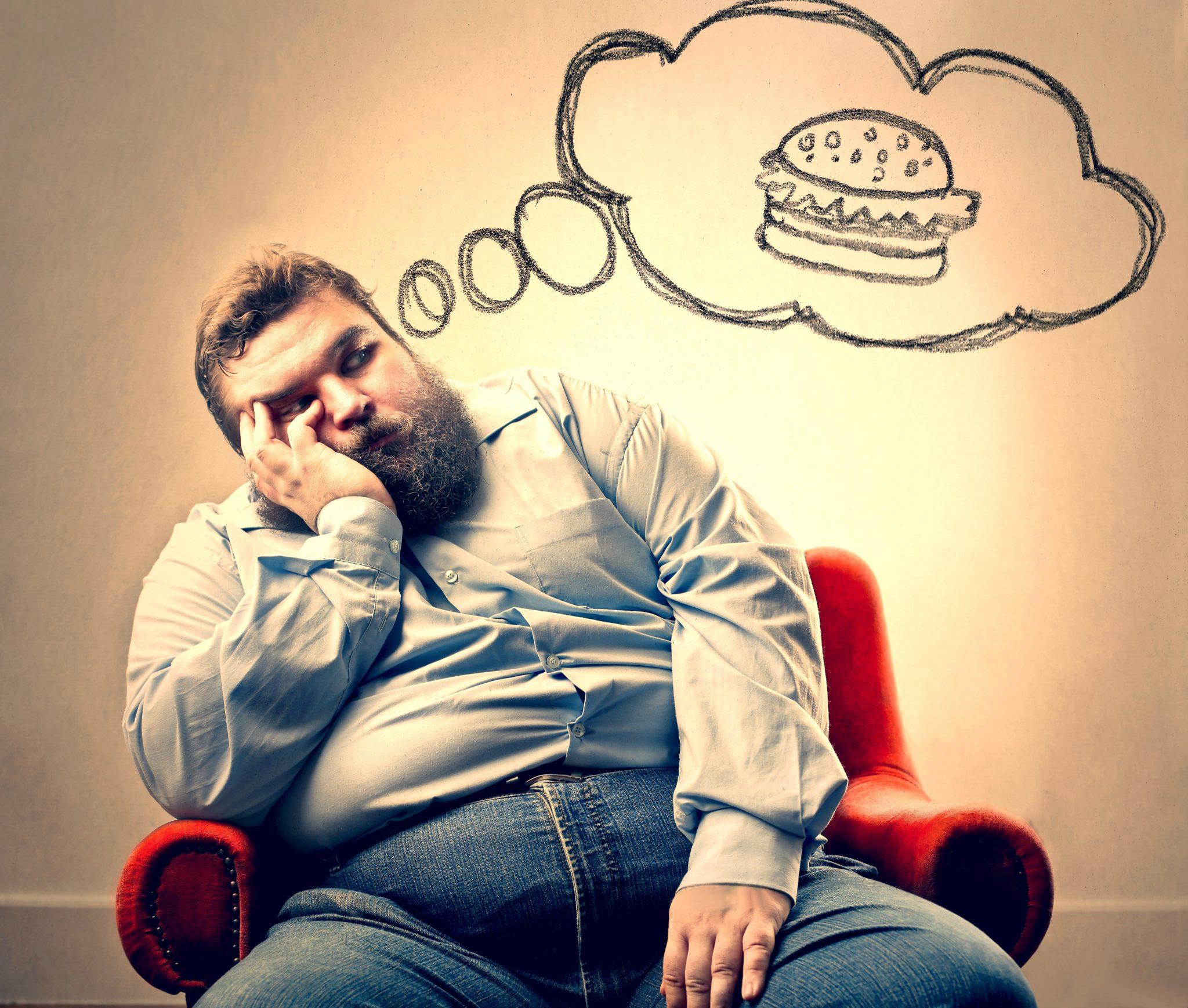 食事するか考えている肥満体系の男性