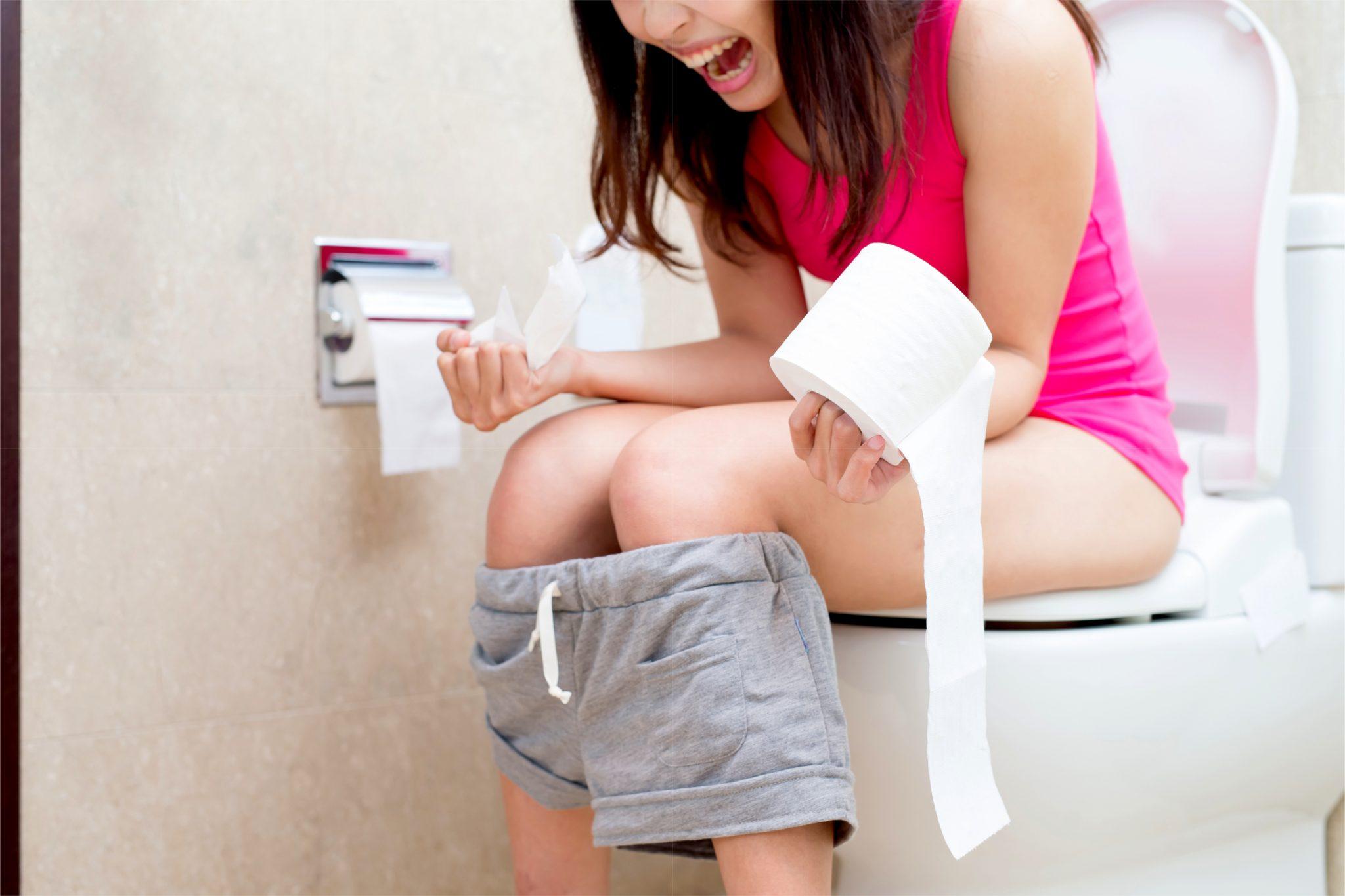 便秘の女性がトイレで気張ってるところ