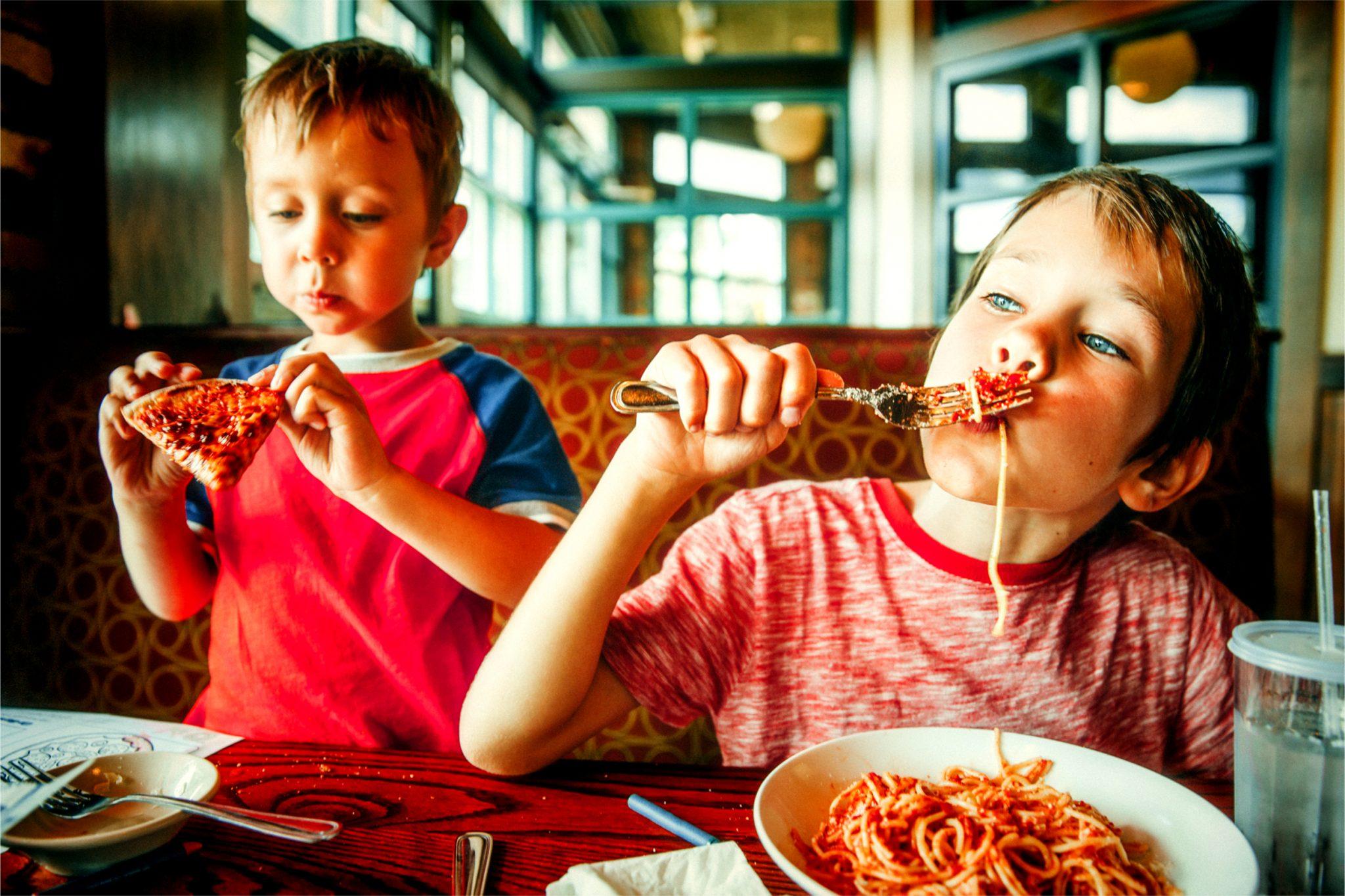 食べ物に食らいつく子ども達