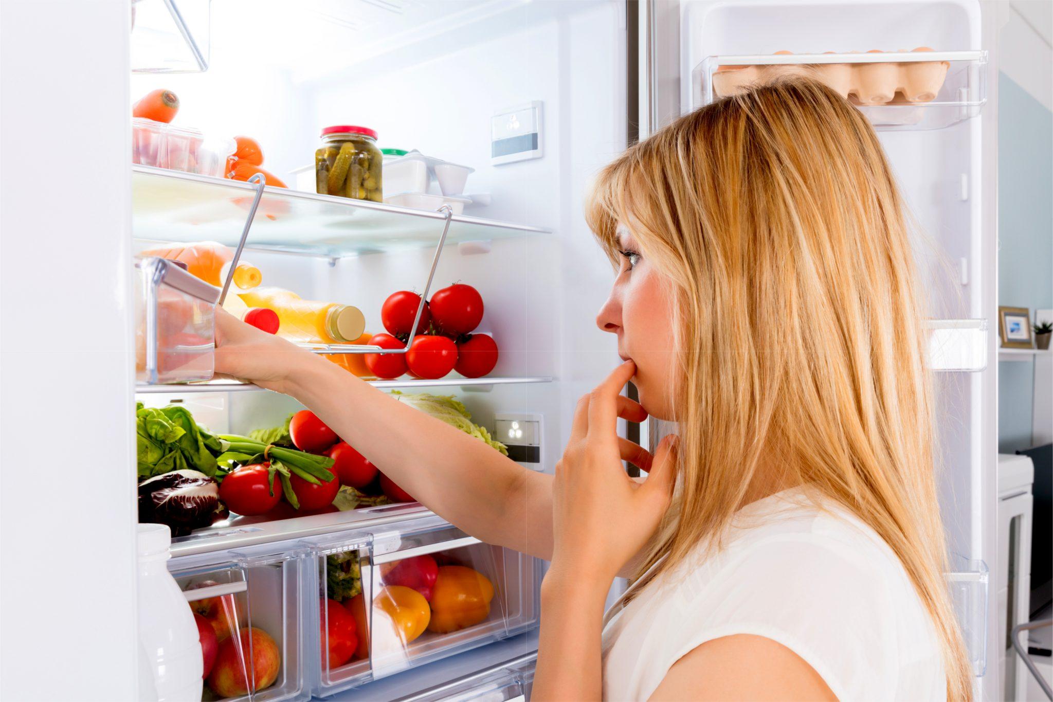 冷蔵庫の中の探し物をしている女性