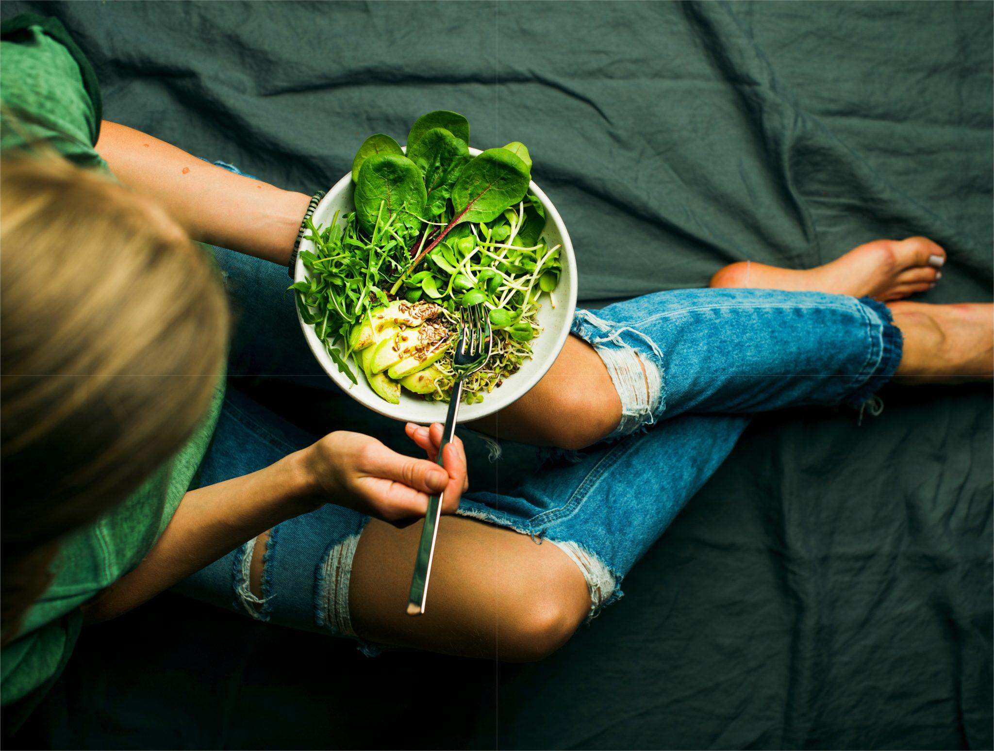 アボカドサラダを食べてダイエットしている女性