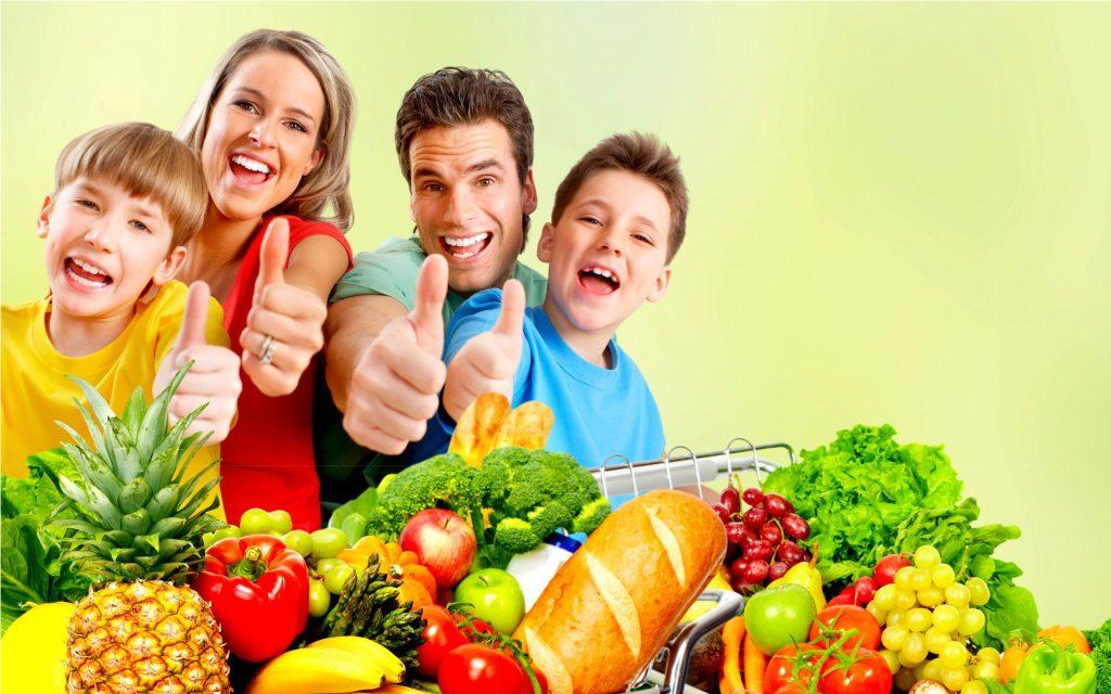 家族が野菜に囲まれてポーズを取っている