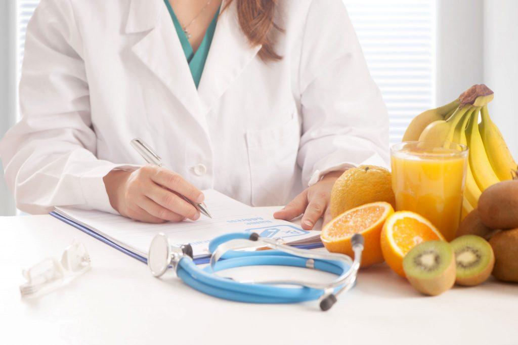 献立を考える管理栄養士