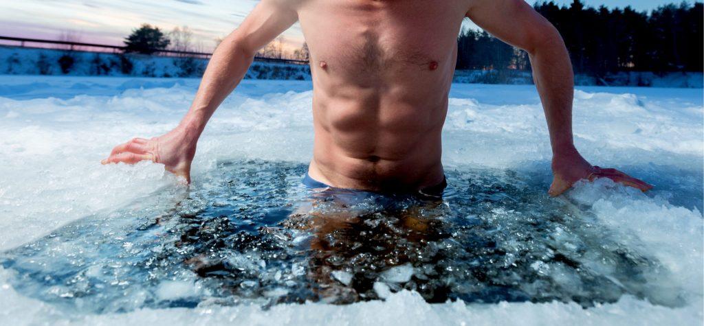 氷につかる男性