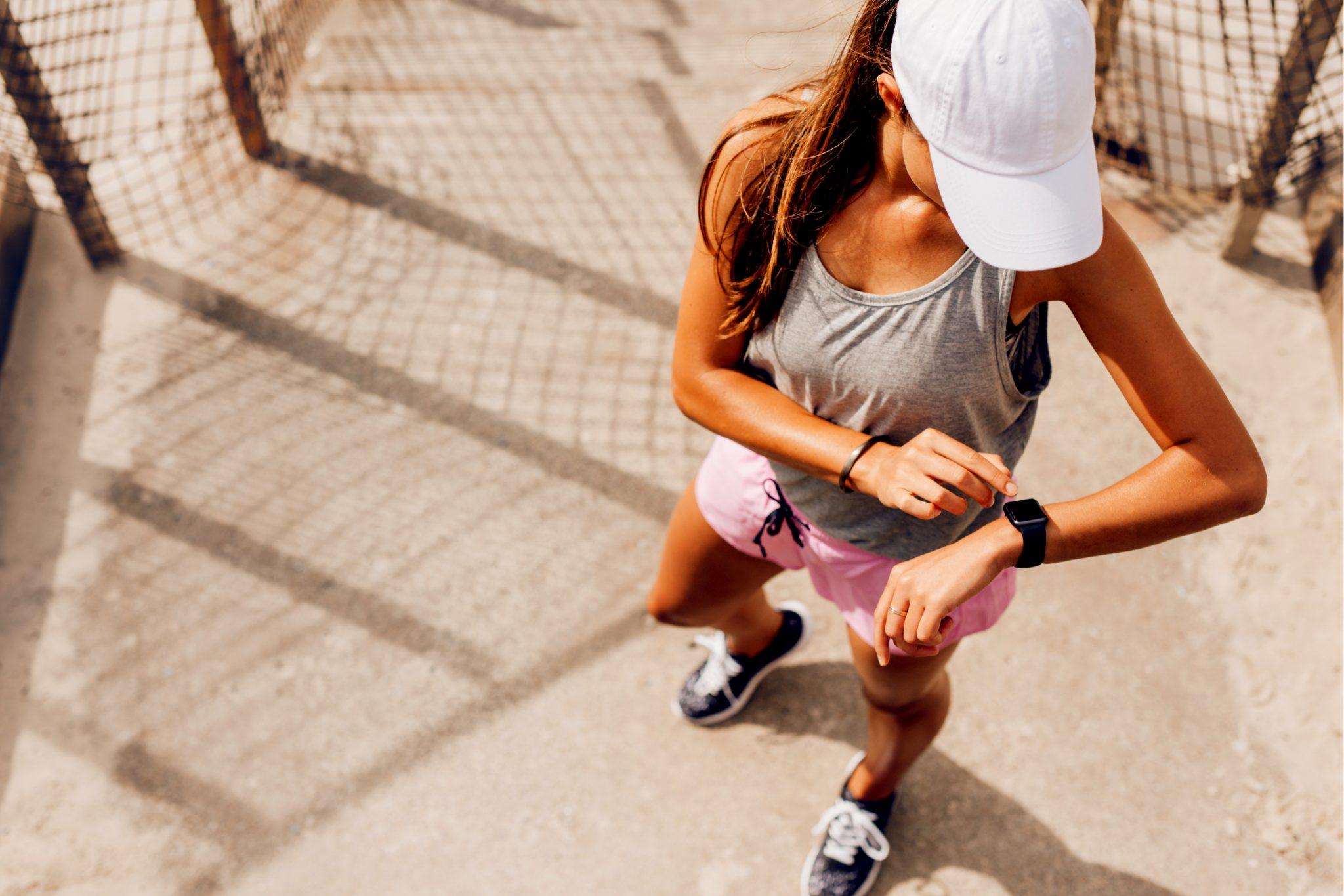 運動ランニングをしている女性