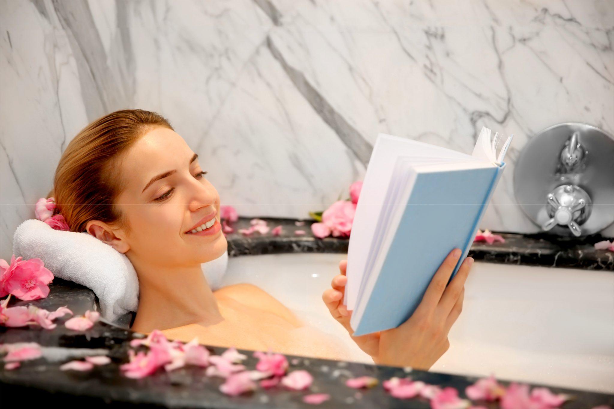 半身浴しながら読書している女性