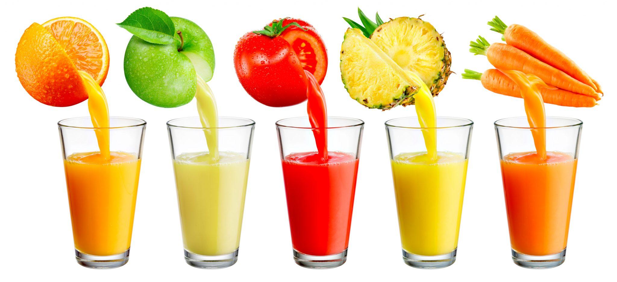 果物と野菜から果汁を絞ってジュースにしている