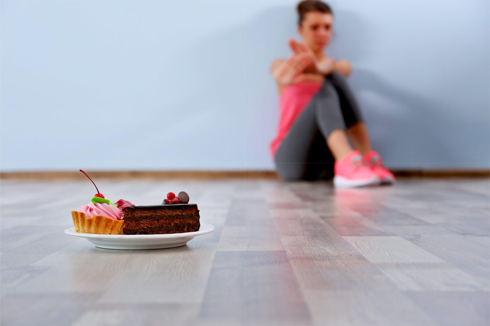甘い食べ物を拒絶しているダイエット中の女性