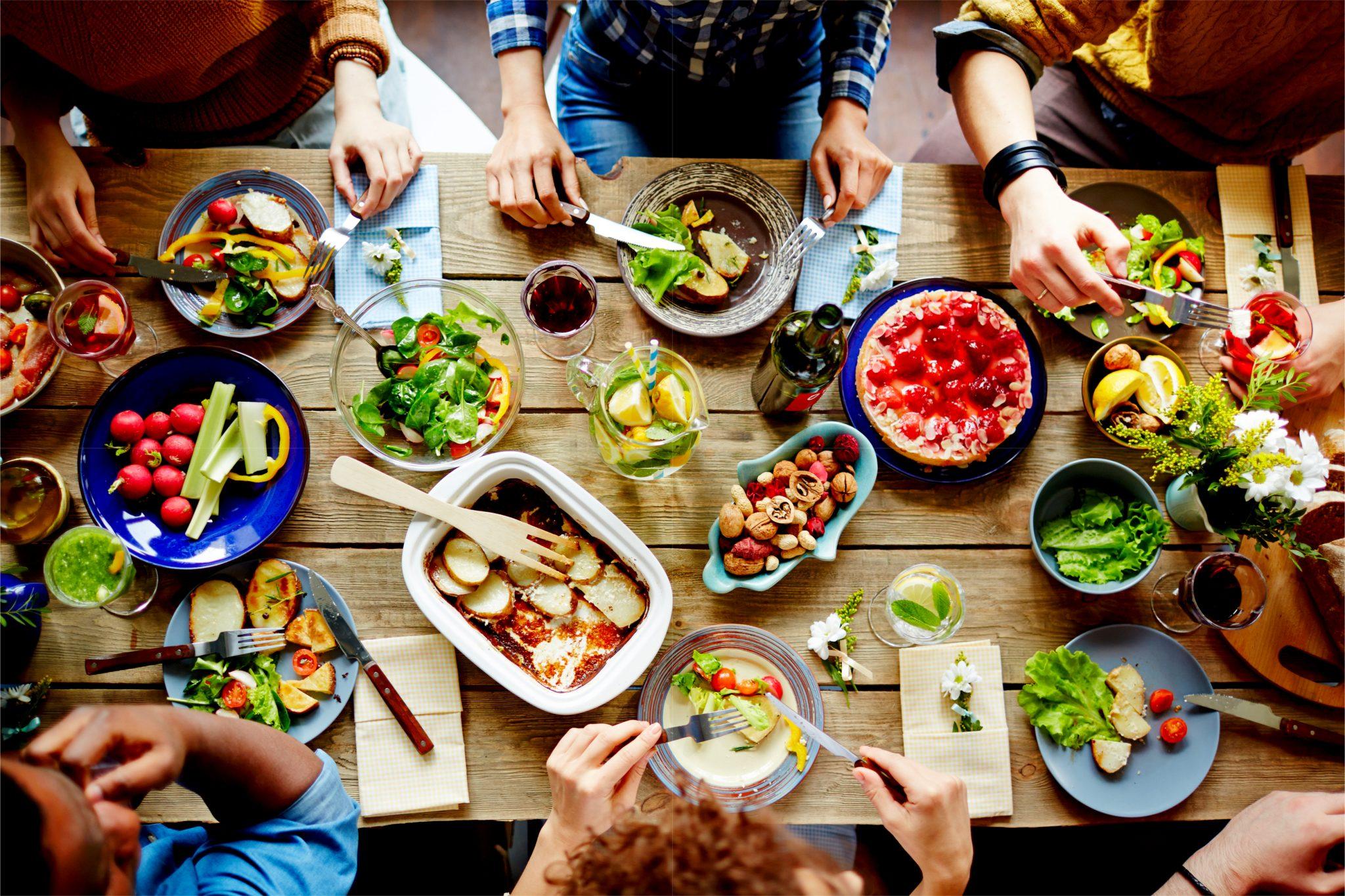楽しそうに食事をしている人たち