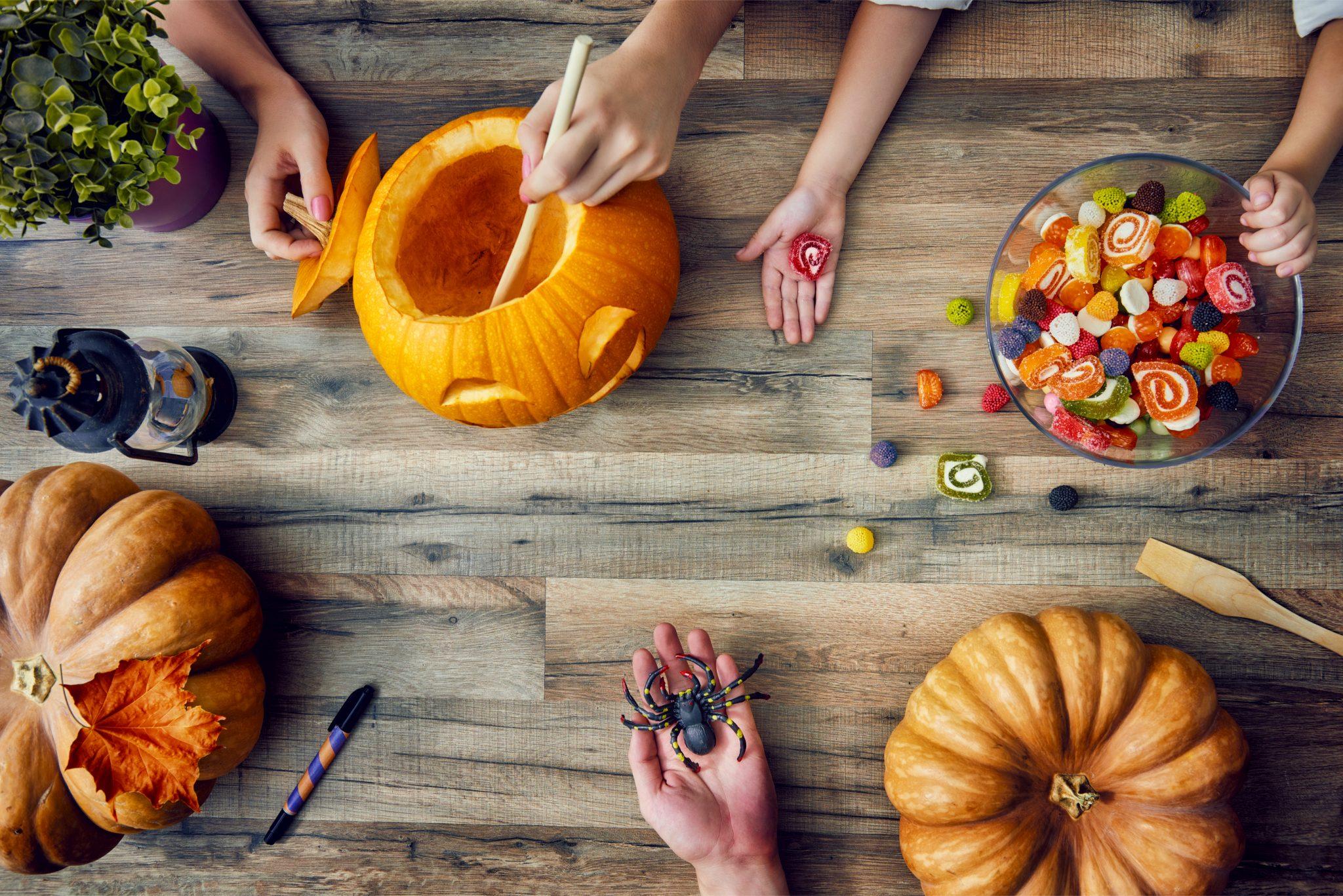 ハロウィン用のかぼちゃをくり抜いているところ