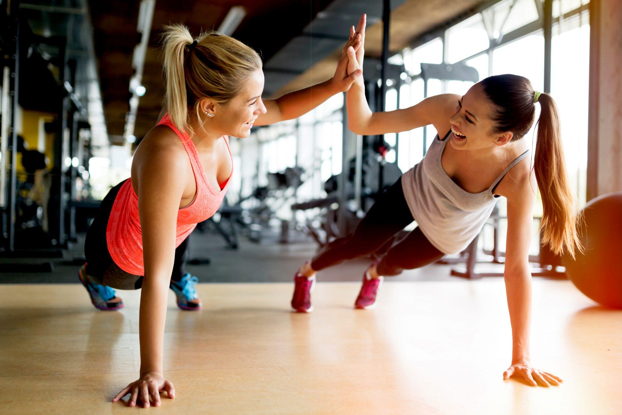 女性二人でトレーニングしている