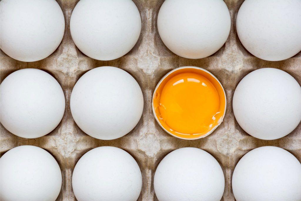 1つだけ殻が割れて黄身が見える卵