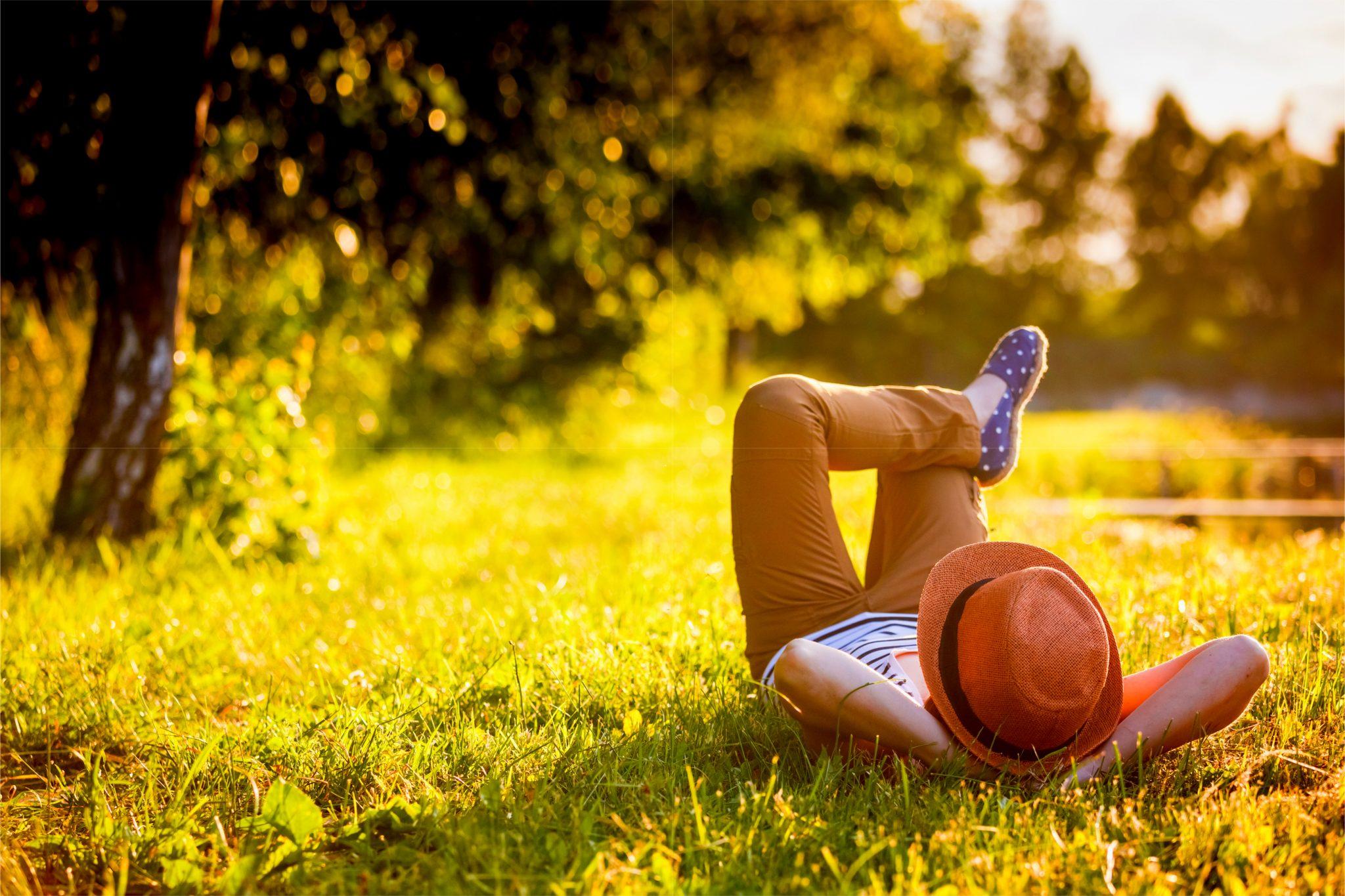 芝生の上で横になってリラックスしている男性