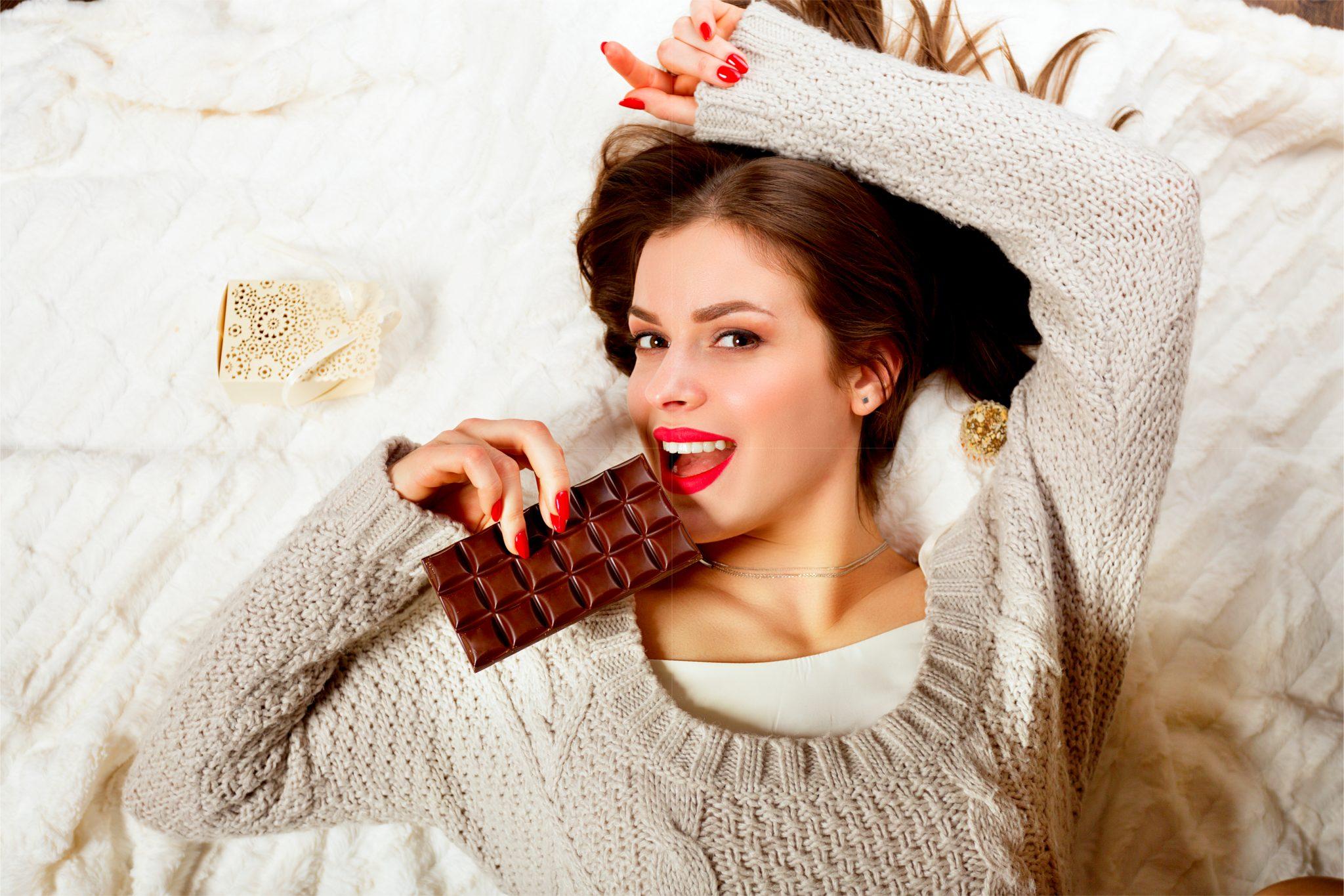 チョコレートを食べている綺麗な女性