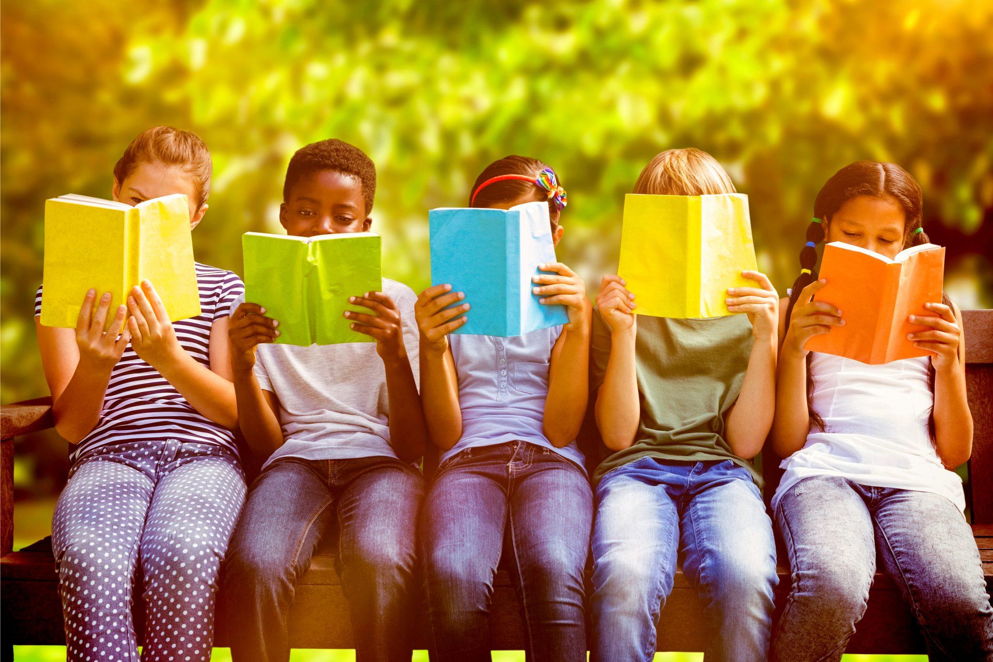 本を読んでいるこどもたち