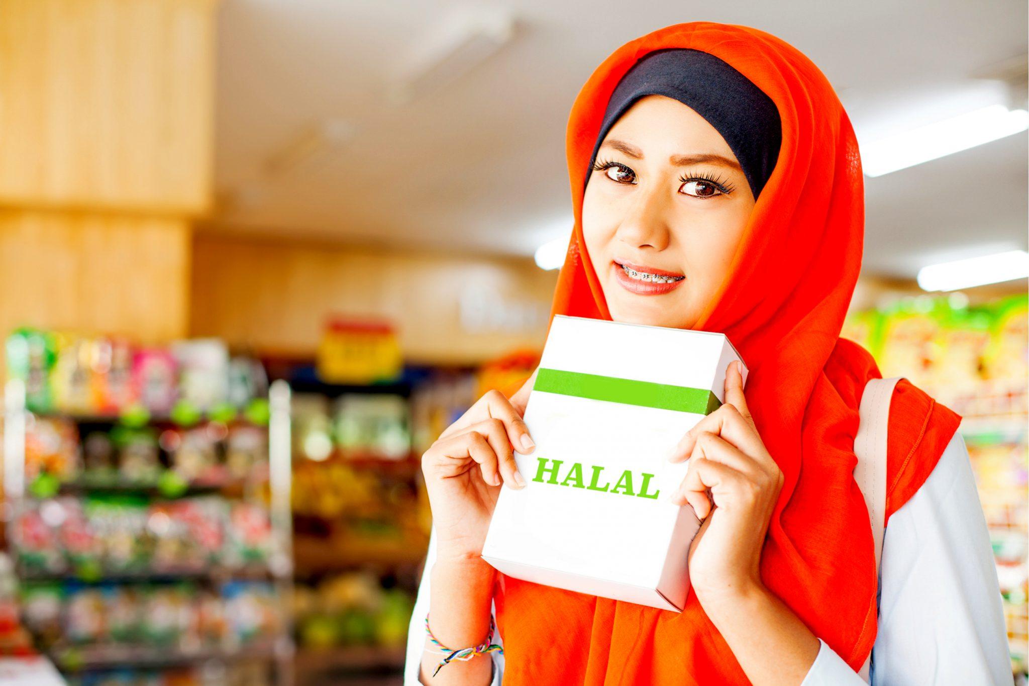 ハラルの本を持ってるイスラム教の女性