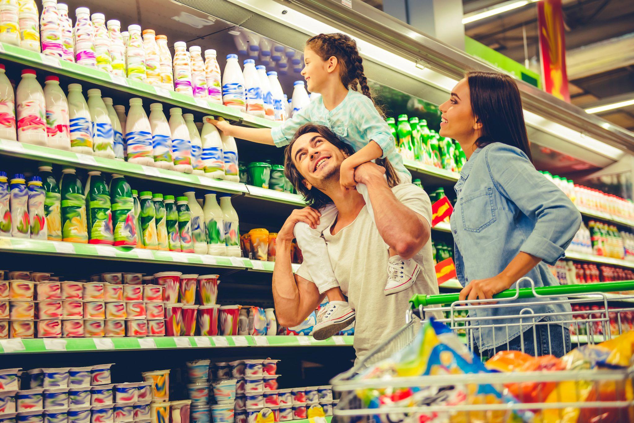 スーパーに買い物に来ている家族