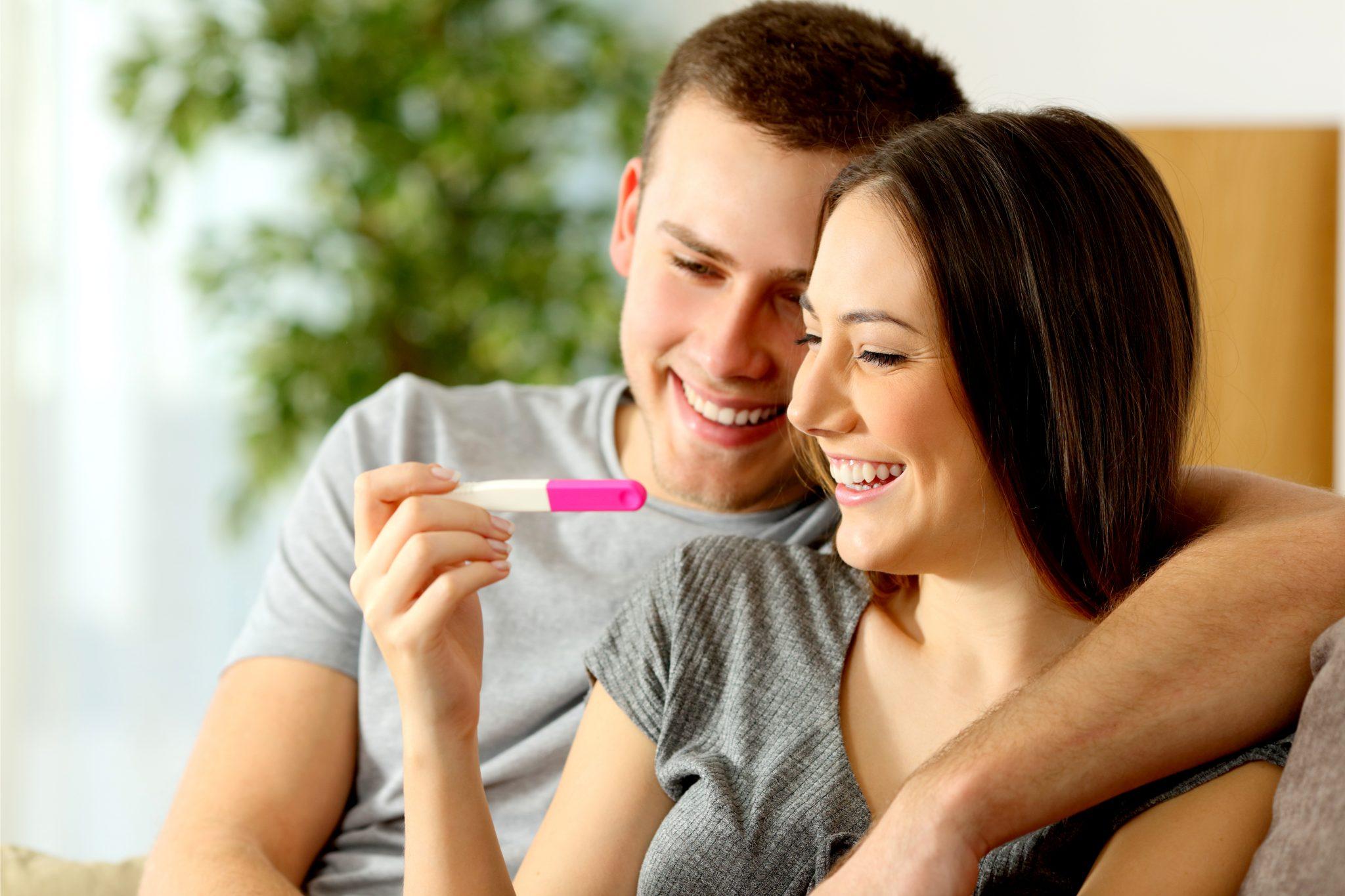 妊娠検査薬をを確認しているカップル