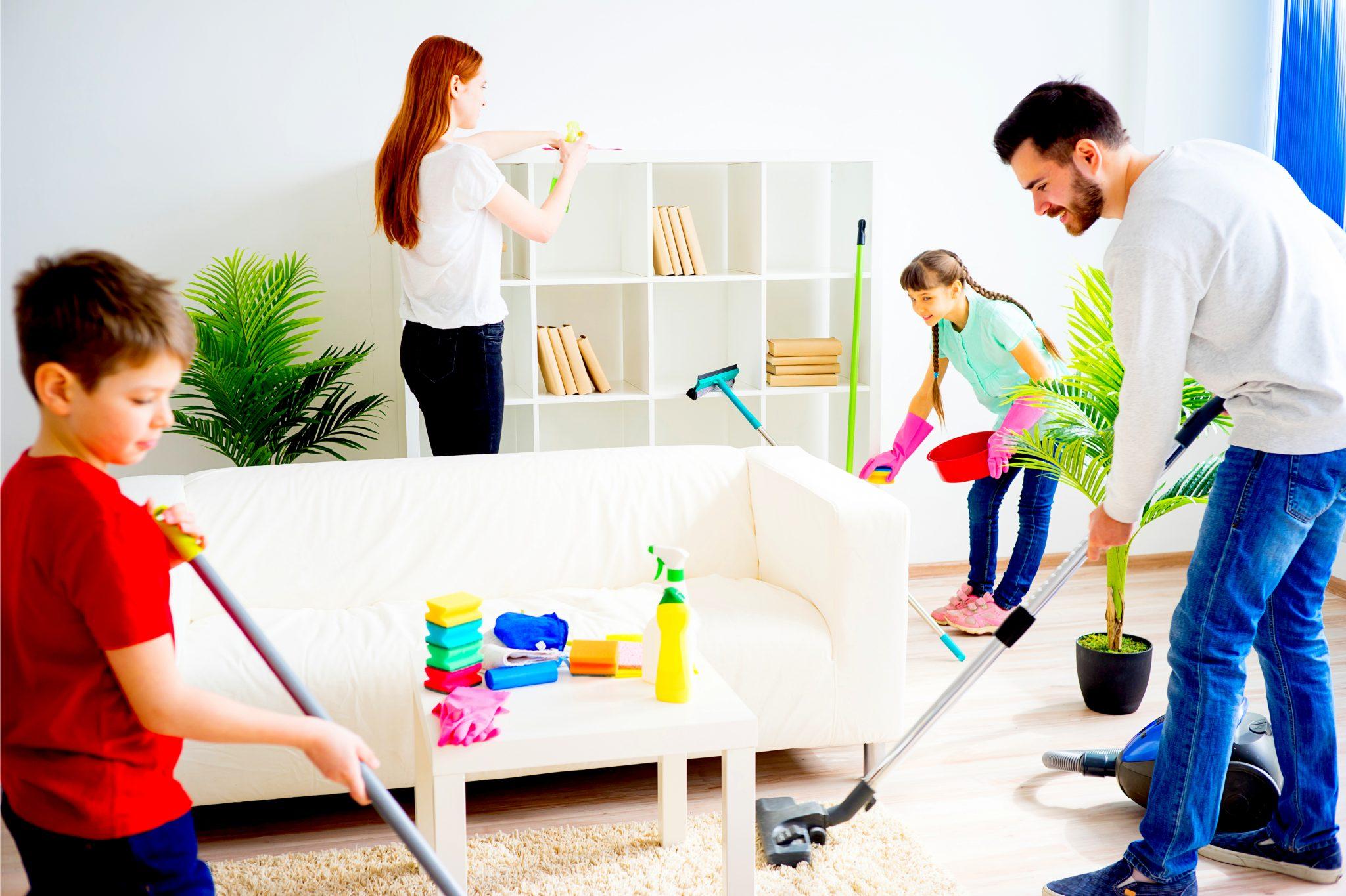 家族みんなで掃除をしている