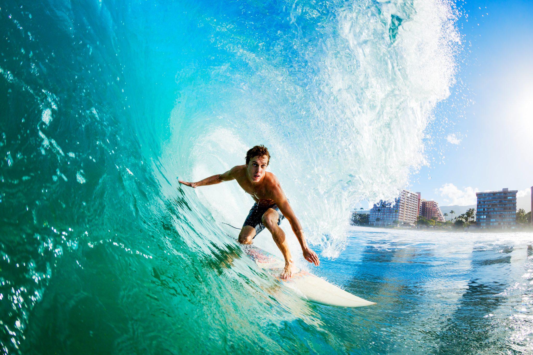 サーフィンで波に乗っている男性