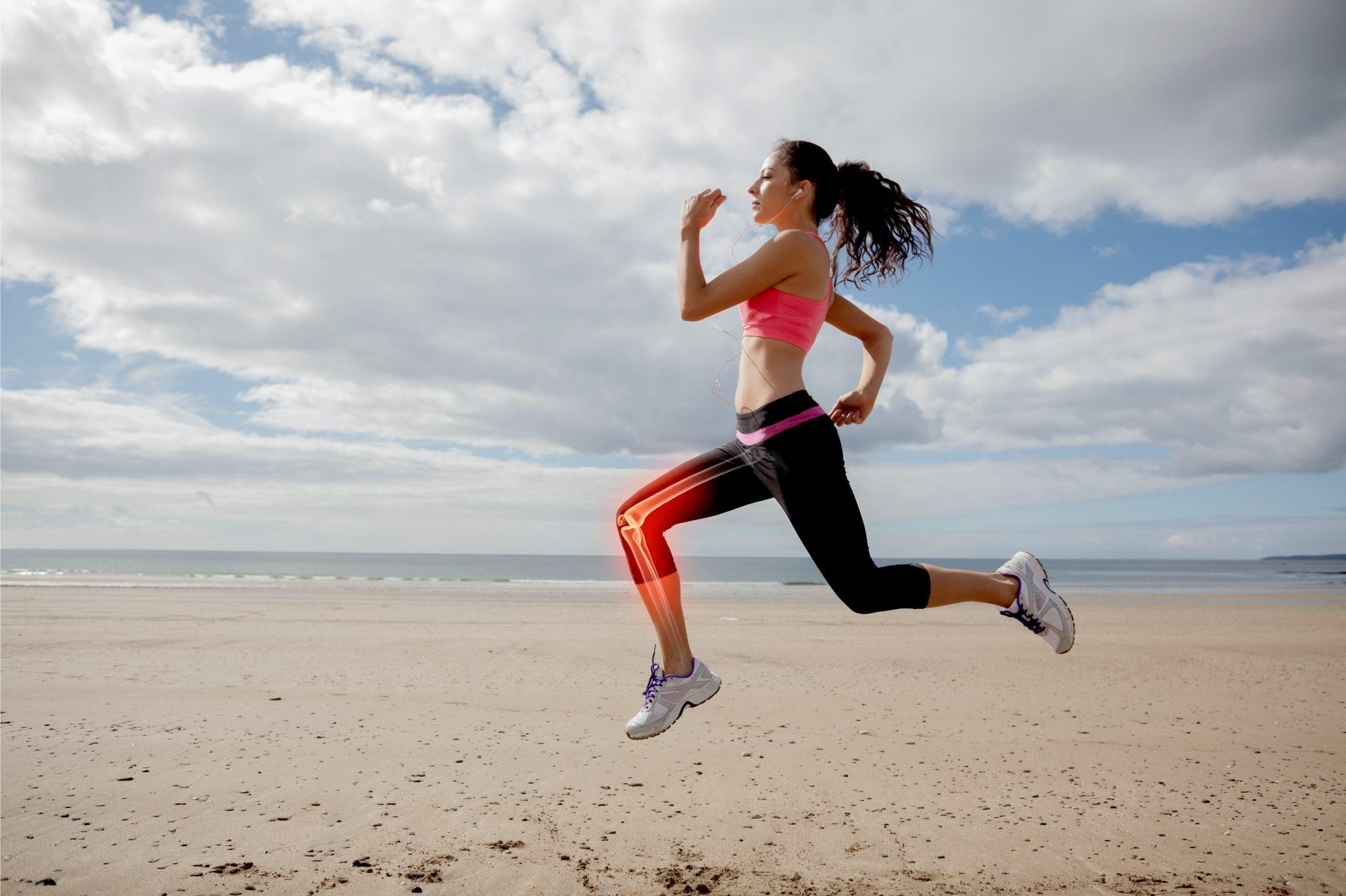 健康的な女性が浜辺でランニングしている