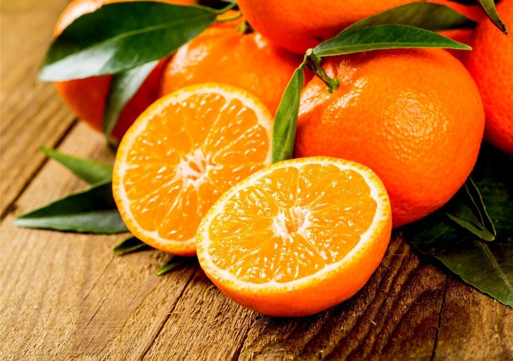 取れたての新鮮なオレンジ