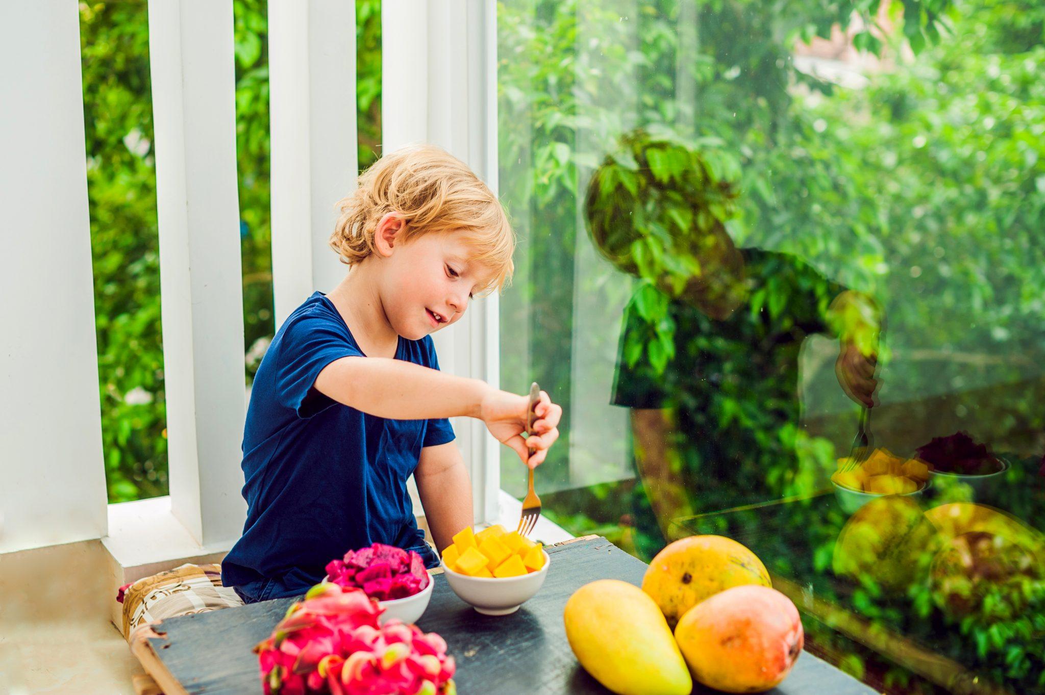マンゴーを食べている男の子
