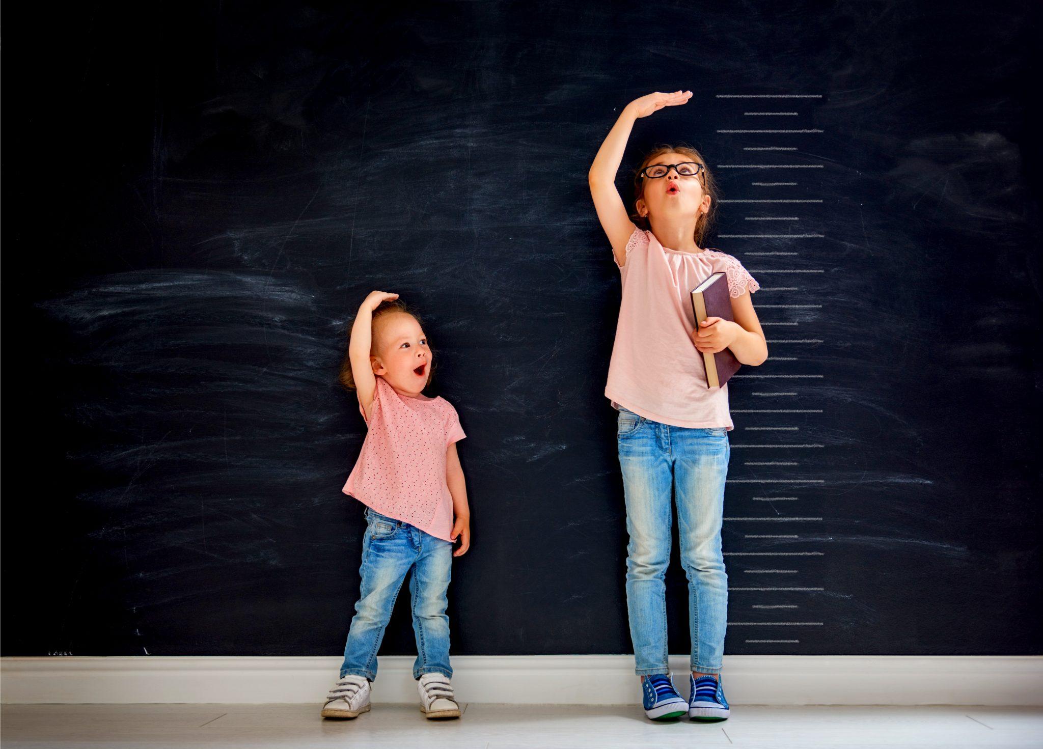身長を測っている姉妹