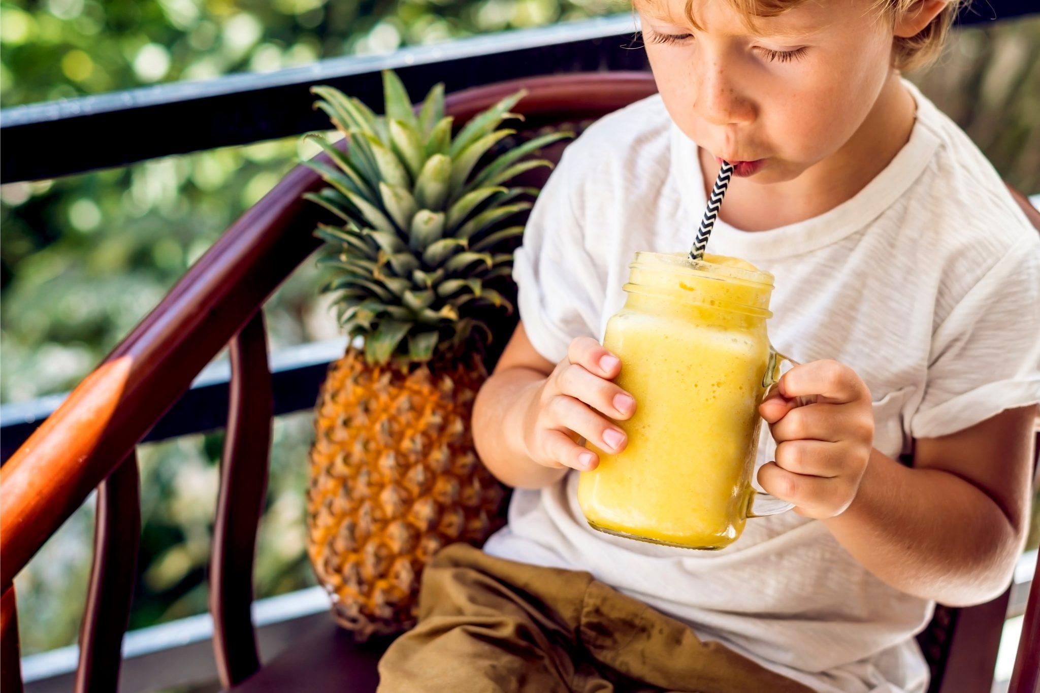 パイナップルジュースを飲んでる男の子