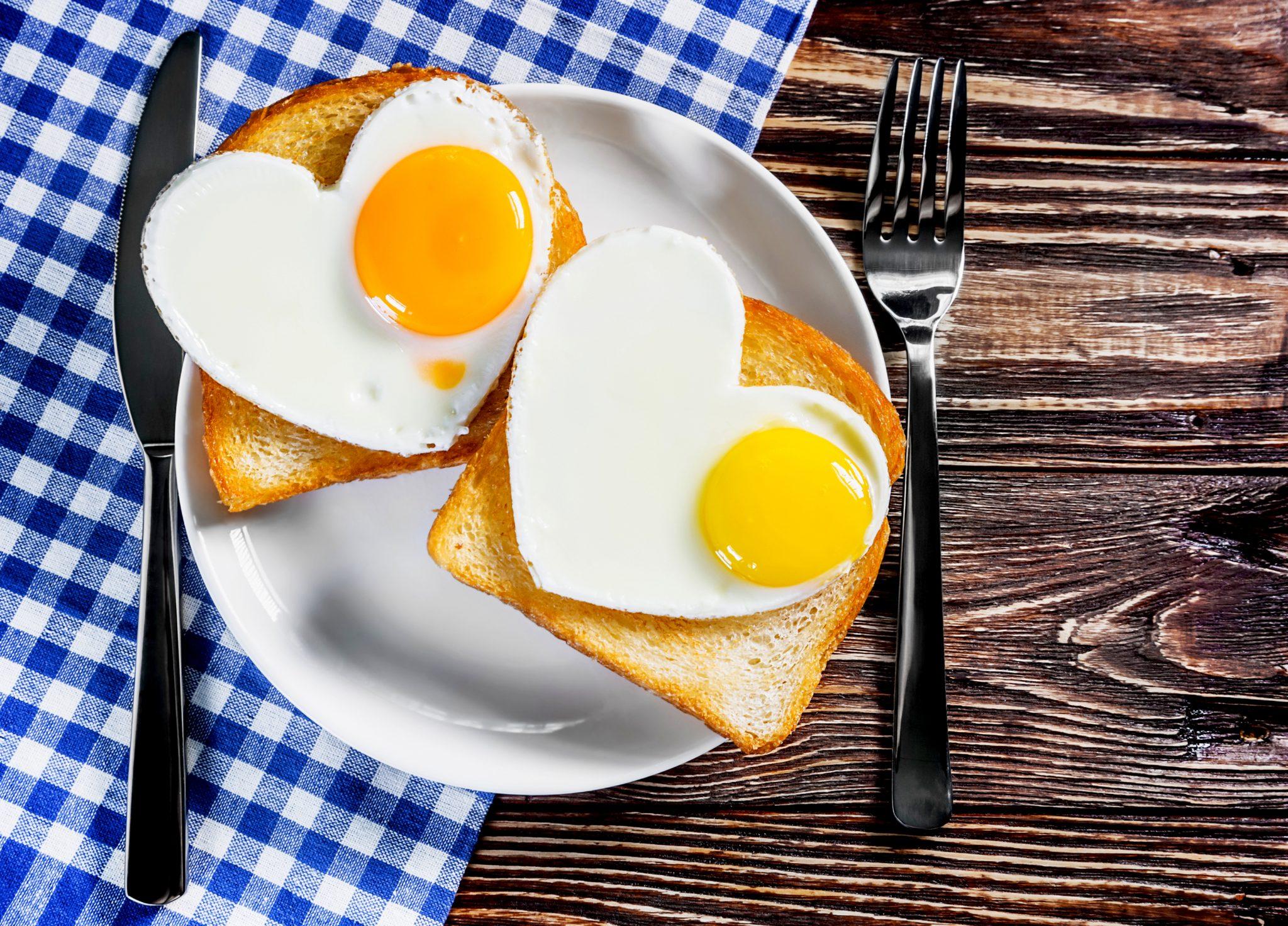 卵の目玉焼きとトースト