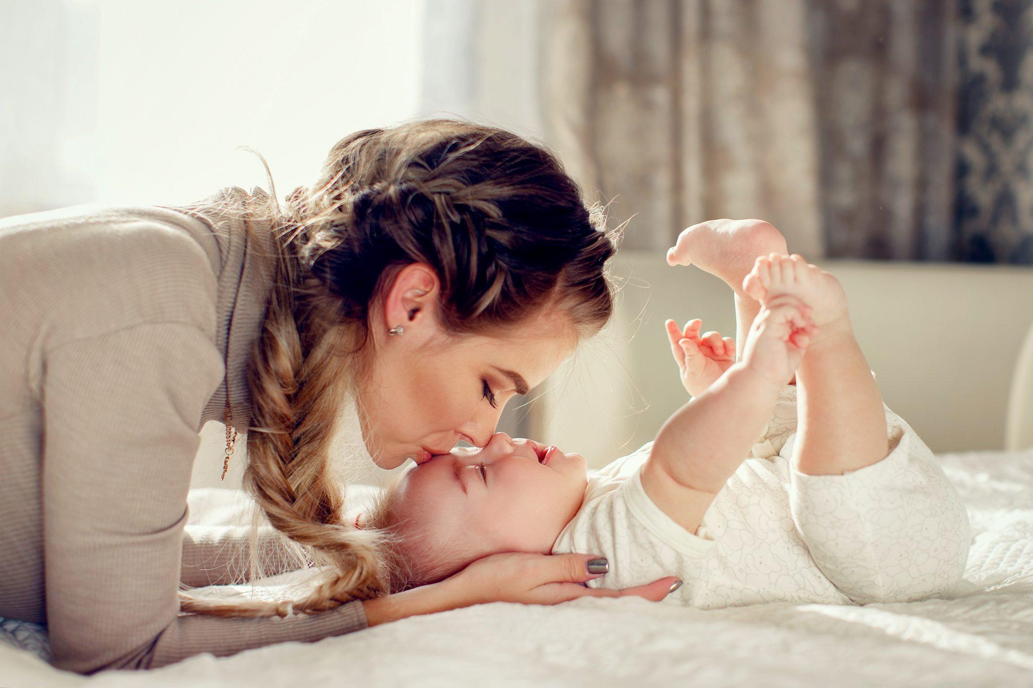 赤ちゃんとお母さんが遊んでいる