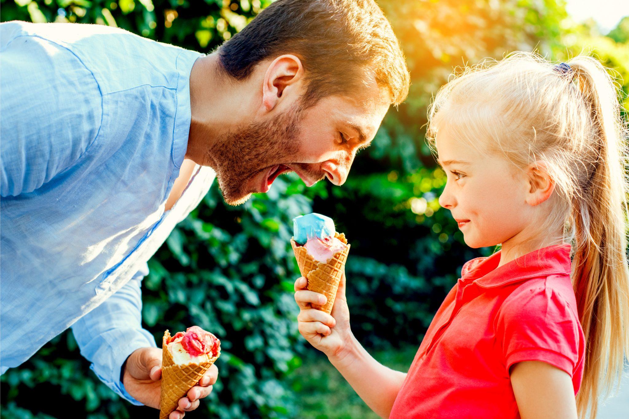 娘がお父さんにアイスをあげている