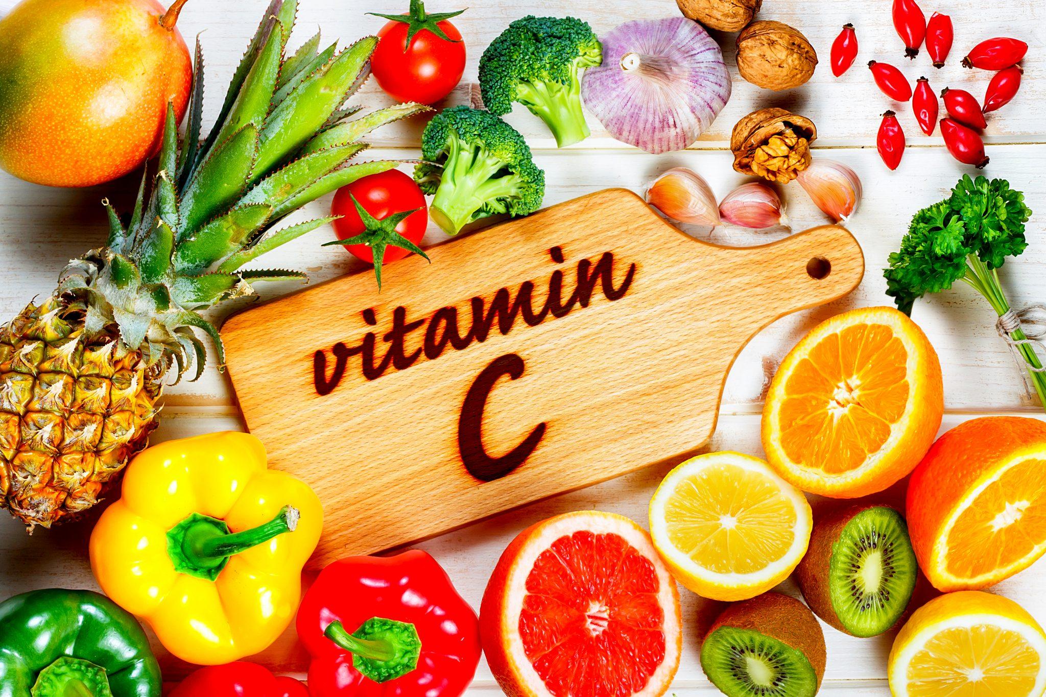 ビタミンCを含む果物と野菜を集めた写真