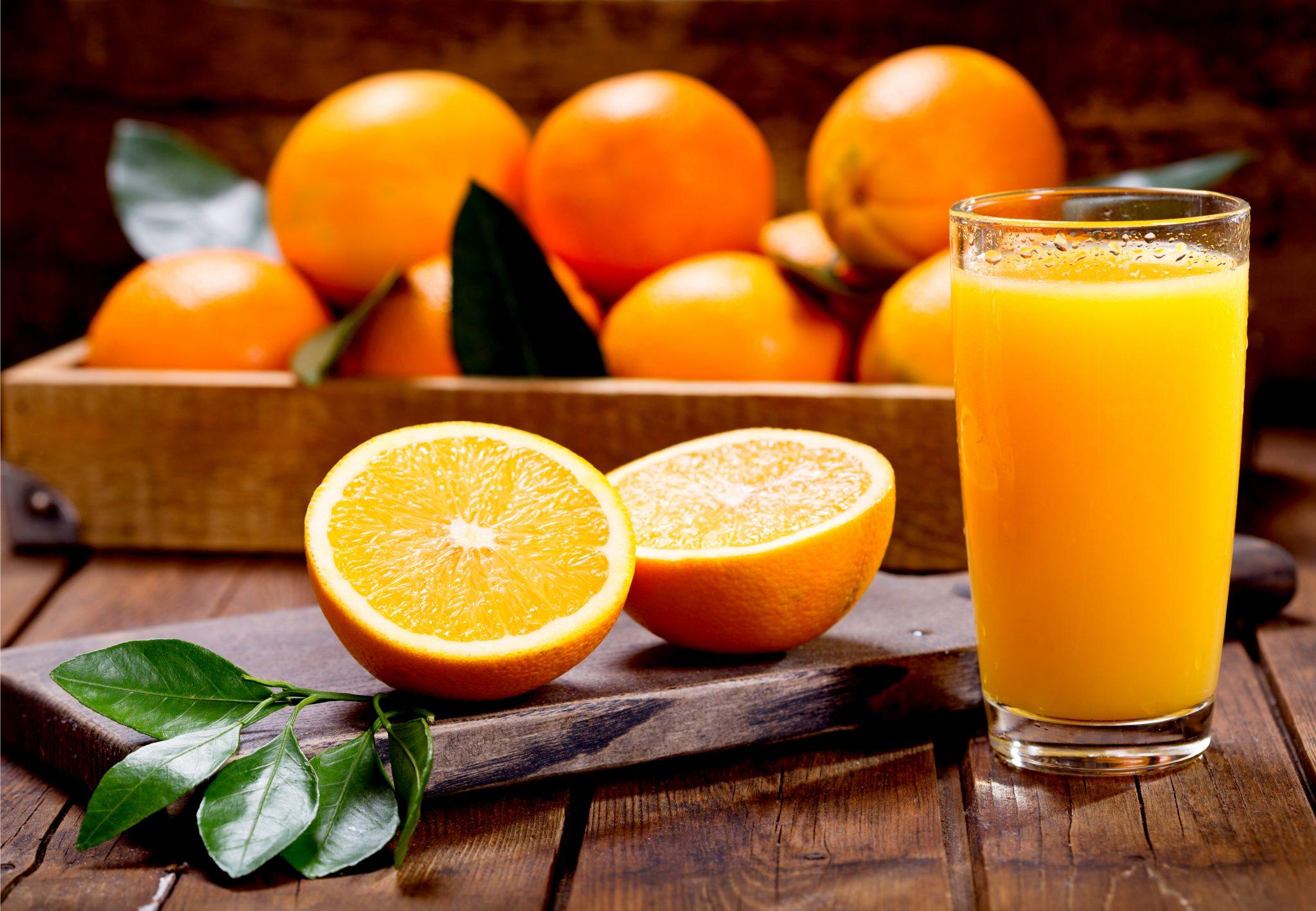 生のオレンジと搾りたてのオレンジジュース