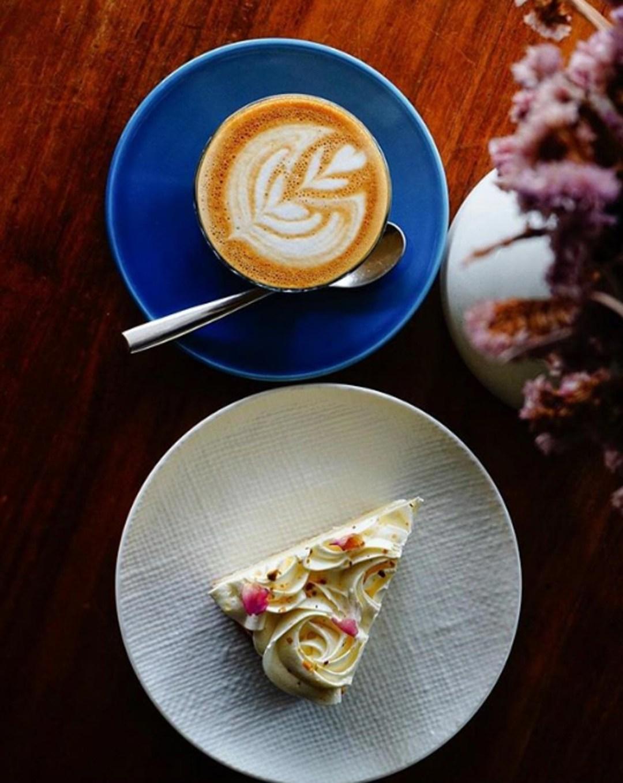 Late Night Cafe - Lola's Cafe