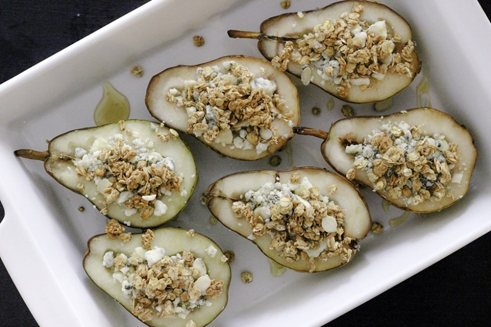Baked pears with gorgonzola, granola and honey recipe