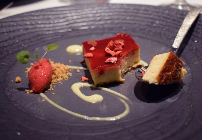 Cheese Cake: Pastel de queso a partir del requesón Fonteta con leche de soja, coulis y sorbete de frutos del bosque