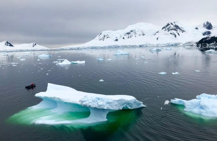 Antartica: icebergs